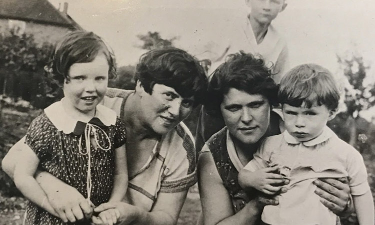 The Cohen sisters, Nellie (left) and Rose (right), c.1932. Nellie is holding her daughter Joyce and Rose is holding her son Alexey. Courtesy of P. Harris.