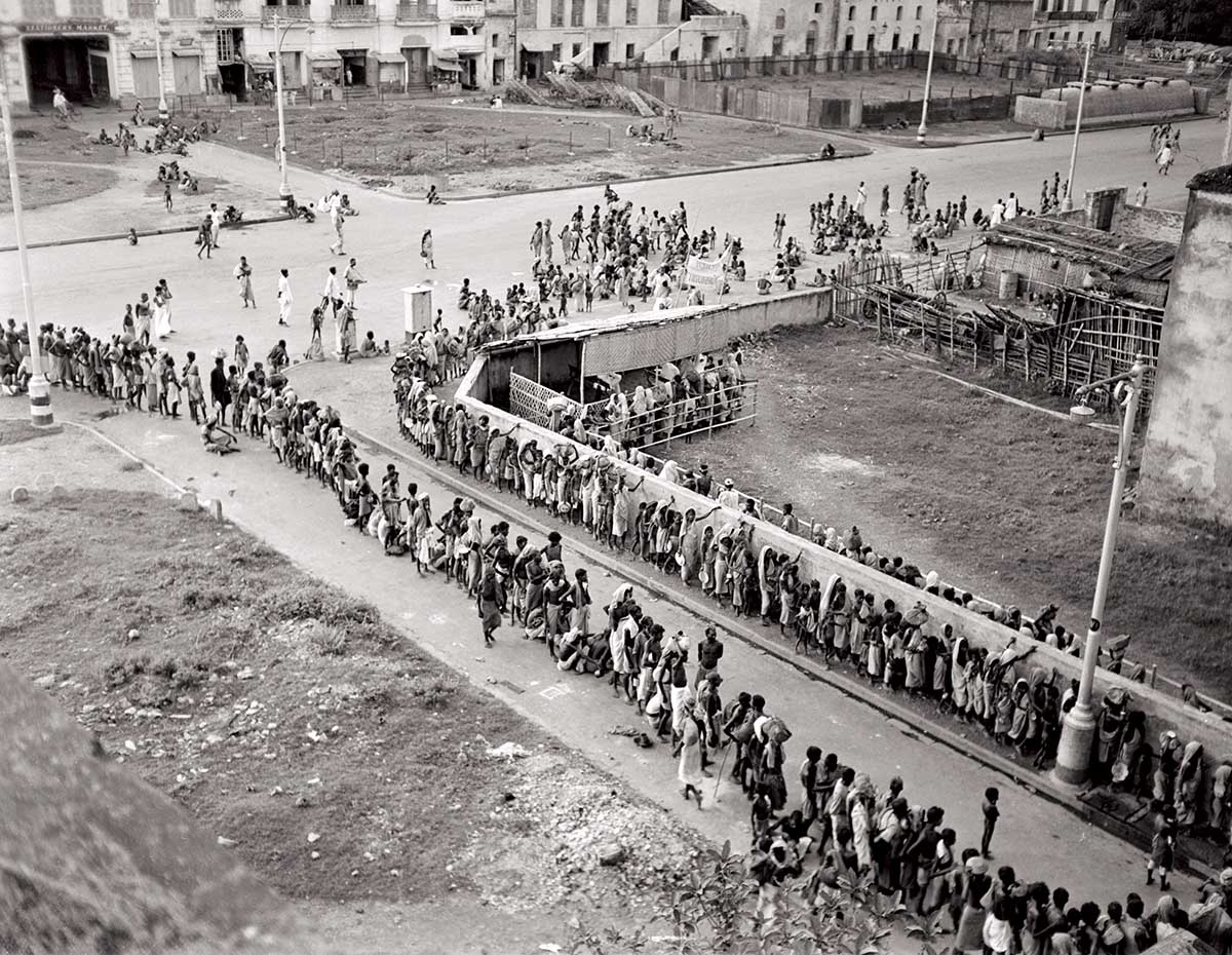 Indians queue for a soup kitchen in Calcutta at the height of the famine, December 1943 © Getty Images