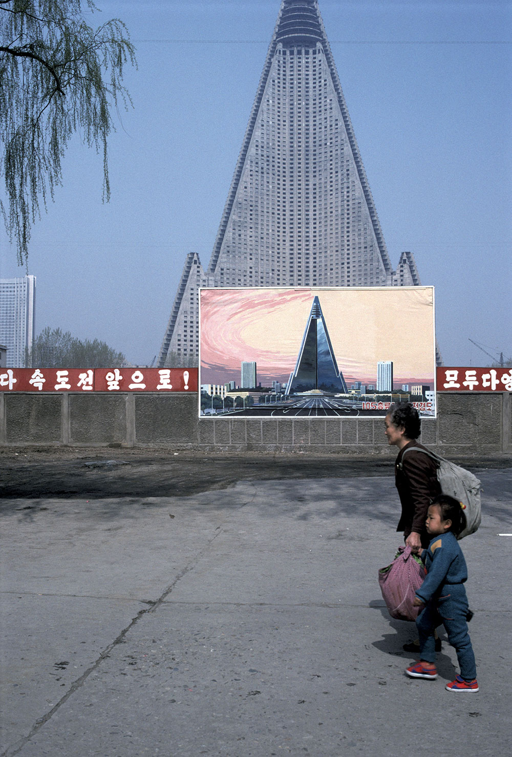 The Tower of Juche, Pyongyang, 1987, Hiroji Kubota. © Hiroji Kubota/Magnum Photos.