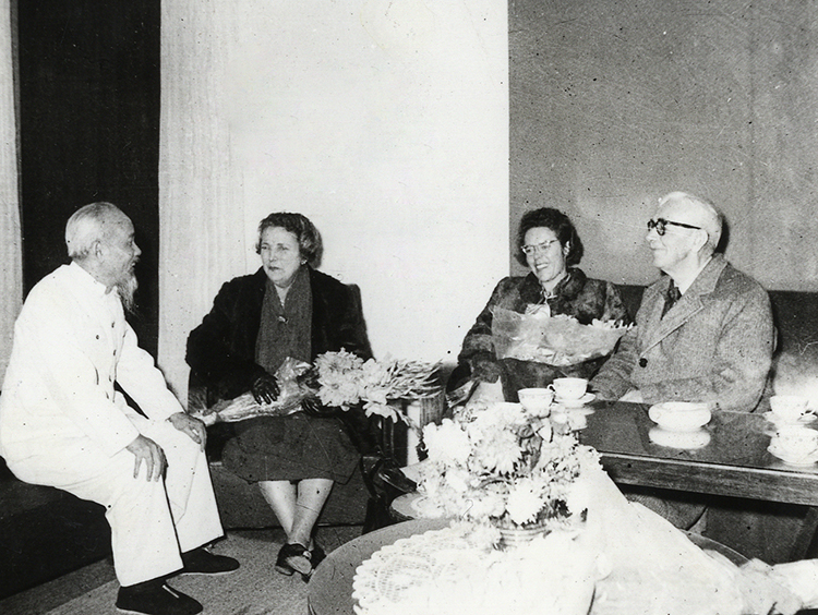Ho Chi Minh welcoming Loseby, his wife and daughter to Hanoi in 1960.