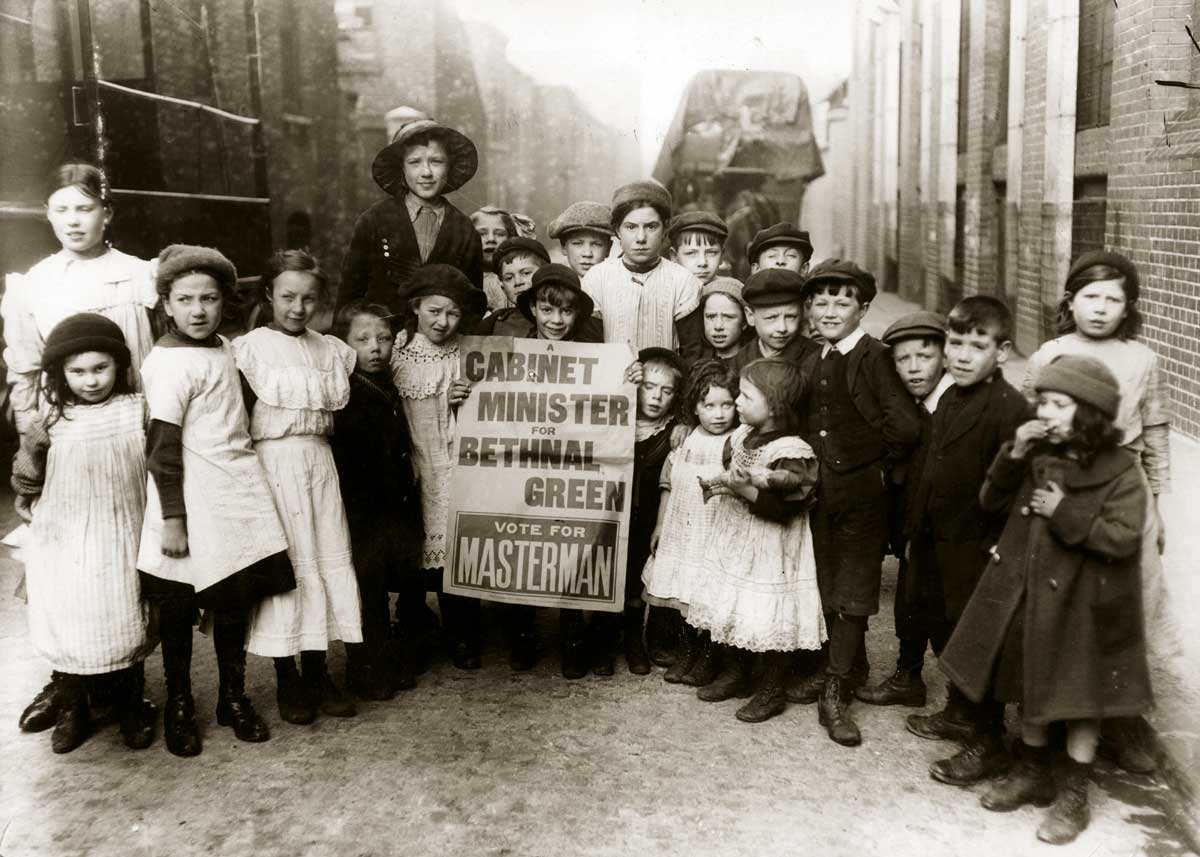 Children campaigning in the Bethnal Green by-election, 13 February 1914 © Getty Images.