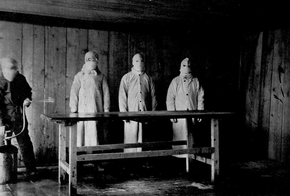 Chinese medical staff prepare facilities during an outbreak of pneumonic plague, Shenyang, 1910 © Corbis/Getty Images.