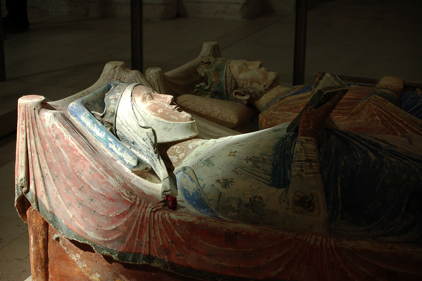 The effigies of Eleanor of Aquitaine and Henry II at Fontevraud Abbey. Wiki Commons/ElanorGamgee.