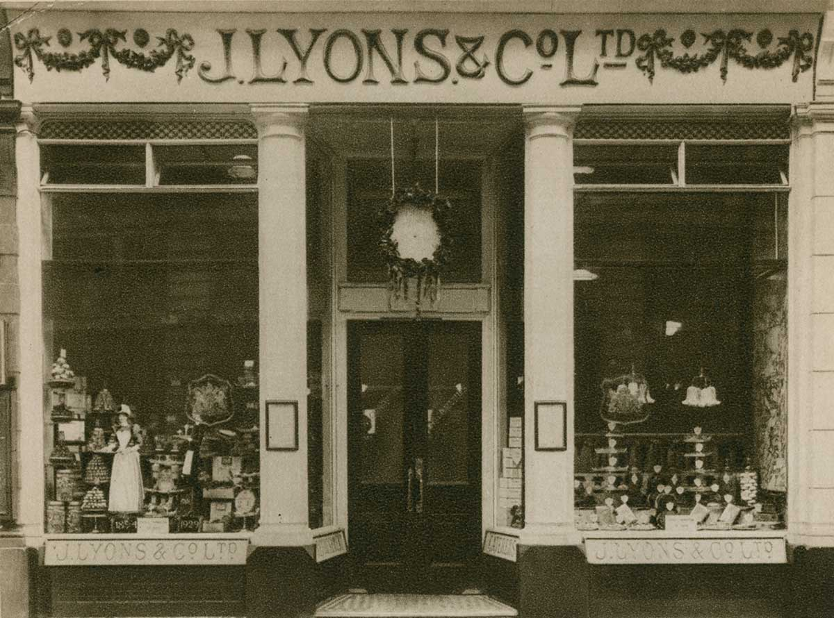 Lyons Tearoom, Piccadilly.
