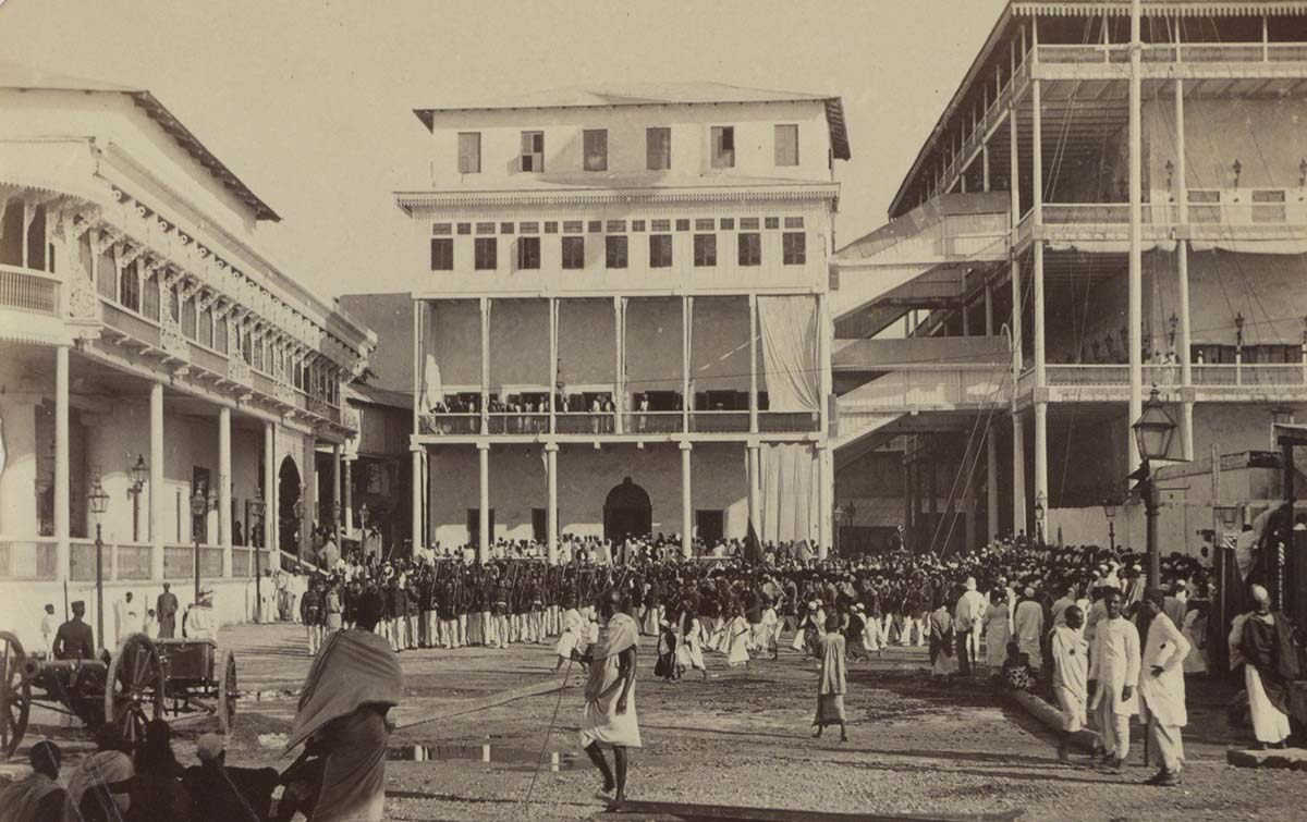 People and soldiers at the palace of the Sultan of Zanzibar, c. 1880 - c. 1920. Rijksmuseum.