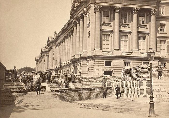 Barricades during the Paris Commune, near the Place de la Concorde.