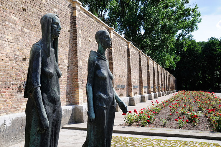 Together: Zwei Stehende (Two Women Standing) is a monument to Ravensbrück.