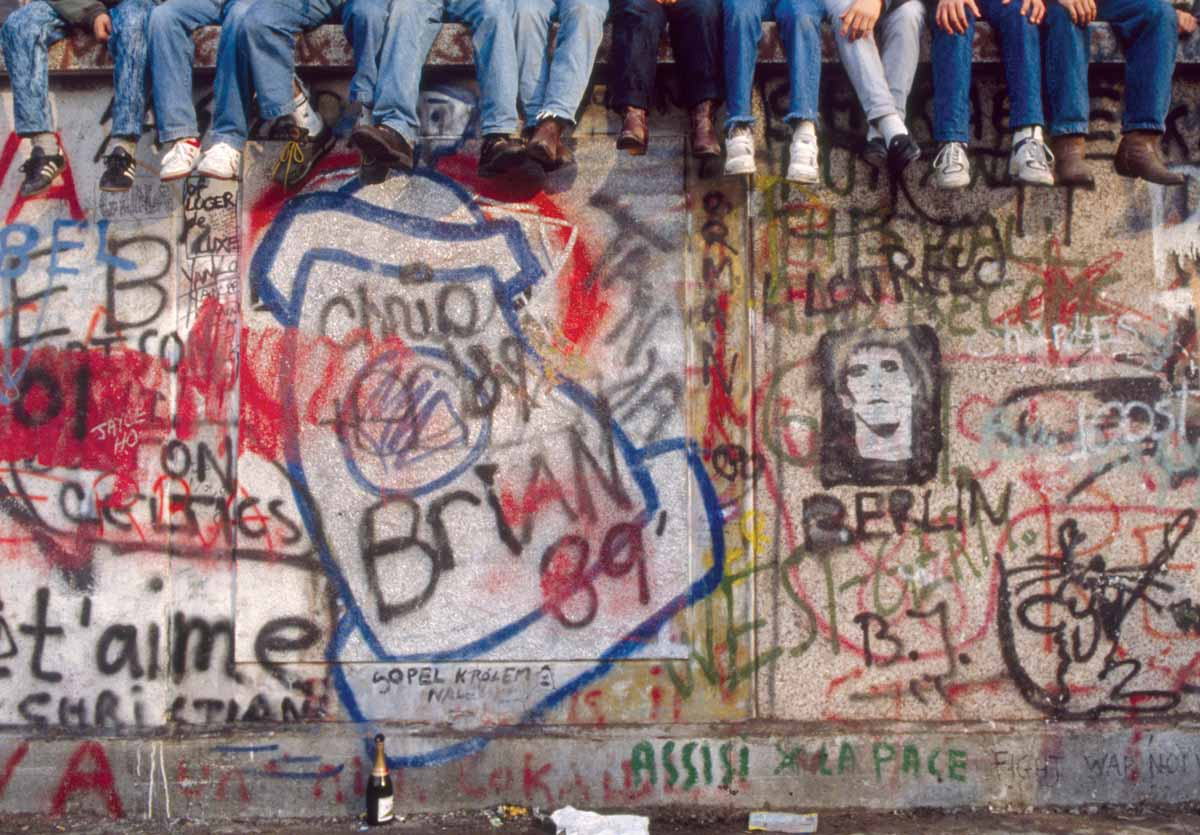 Crowds on top of the Berlin Wall, 10 November 1989 © Tom Stoddart/Getty Images.