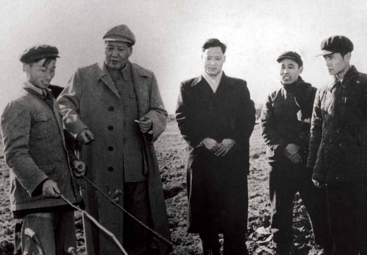 Mao Zedong (second from left) meeting farm workers to congratulate them on their yield, 9 February 1958 © Hulton Getty Images.