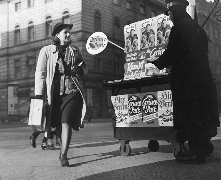 Newstand in Berlin, 1941. © Getty Images.
