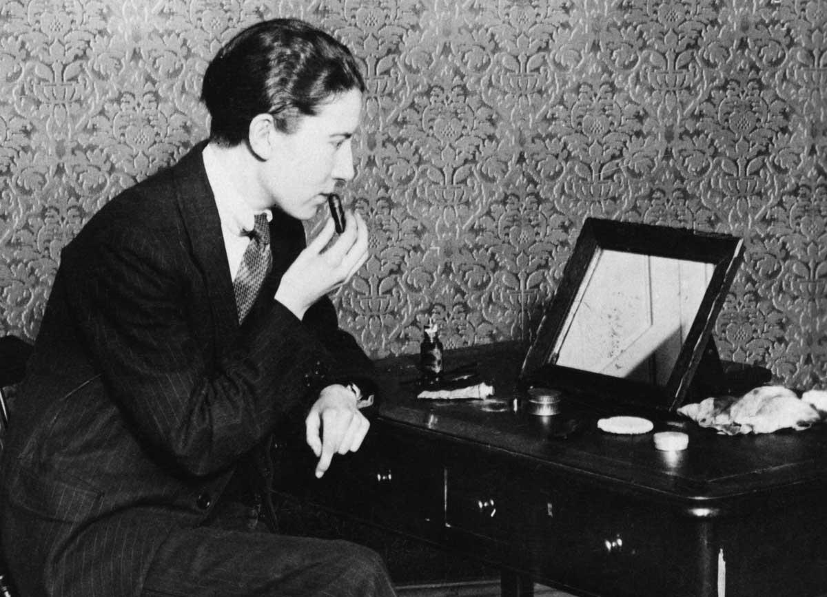 A young person applying makeup, 1927 © SZ Photo/Scherl/Bridgeman Images.