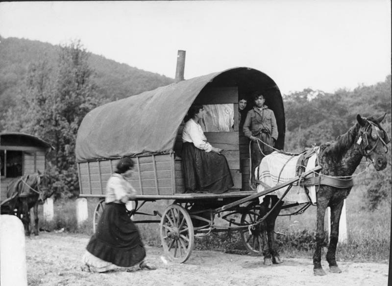 A Romani wagon in Germany in 1935.
