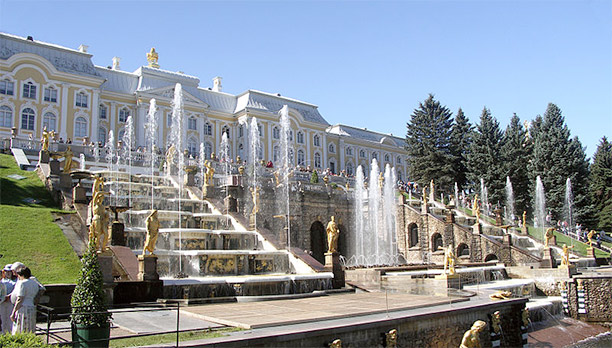 Peter the Great's Palace, built in 1714–1725 in Peterhof. Photograph by Tokugawapants, published under the Creative Commons Attribution-ShareAlike 3.0 License