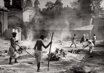 Hindus burn the bodies  of co-religionists who have died of starvation,  at Calcutta's Myrone Memorial, 1943 © William Vandivert/LIFE/Getty Images