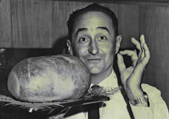Haggis-maker Andrew Majnik with a haggis, David Jones food store, 29 December 1961 © Alan E Funnell/Fairfax Media/Getty Images.