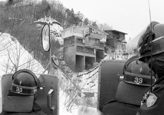 Standoff: police officers outside the Asama Sansō lodge, February 1st, 1972.
