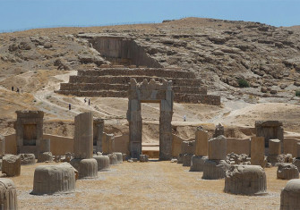 Palace of 100 Columns and Tomb of Artaxerxes III, June 2014 by Elessar2008. Licensed under CC BY-SA 4.0 via Wikimedia Commons.