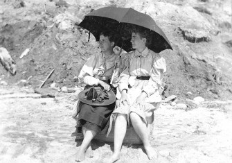 Helena Born and Helen Tufts Bailie under an umbrella, 1896.