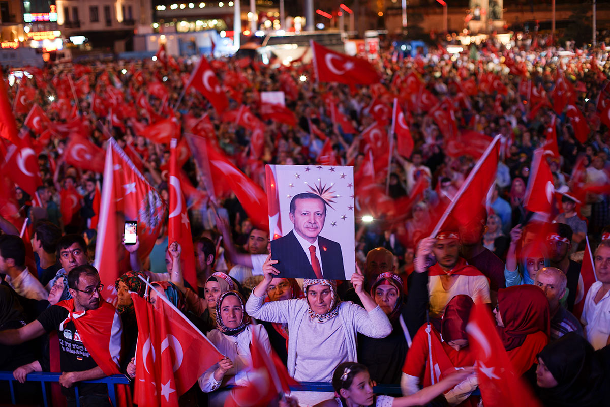 Demonstration in support of Erdoğan, Istanbul, 22 July 2016.