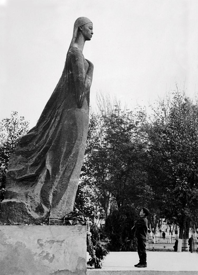 Statue of Nurkhon Yuldasheva, Margilano.